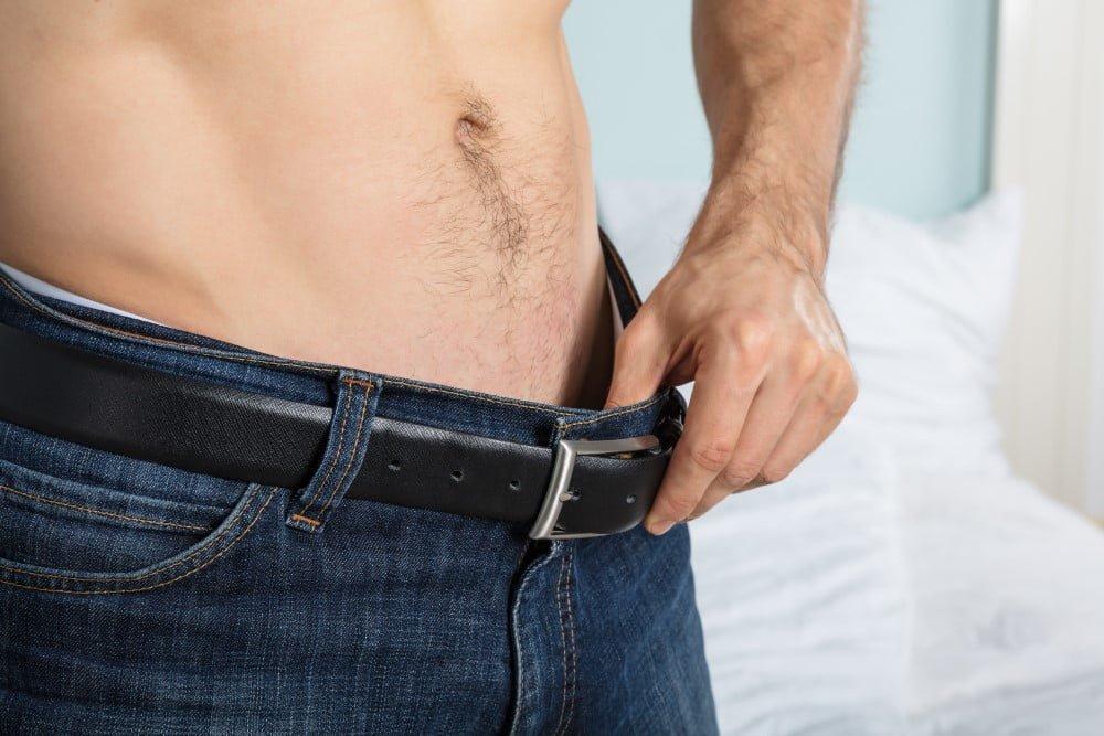 Mand der kigger ned i sine bukser